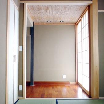 13:小間 和室1から小間を見る。独立柱はタモ、地板はマコーレと無垢材を使用している。 空間にメリハリを付ける為、天井高さは2200㎜と低く抑え、葭張り合板を貼っている。