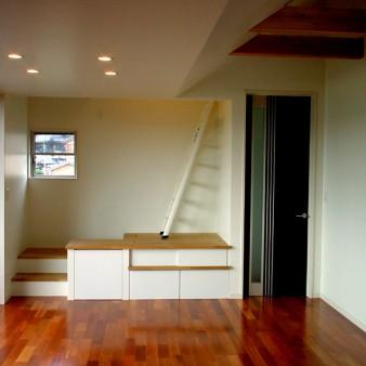8:居間 居間西面。正面の家具は電化製品や小物を収納するスペース。 ハシゴにてロフトに上がる。