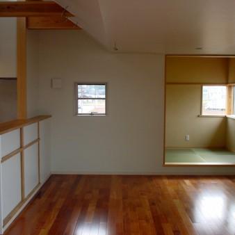 10:居間 居間より小間を見る。上部からの自然光が空間に変化を与えている。 床はケンパスの無垢フローリングで床暖房を施している。
