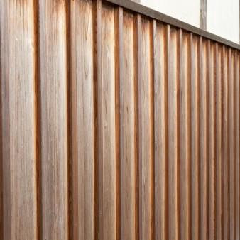 5:板壁 板壁のディテール。土壁と板壁の水切りは銅板を加工した物。杉板の上に36㎜幅の押し縁を打ち、天然塗料である柿渋を塗っている。