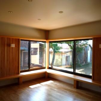 5:居間 居間よりコーナー窓を見る。窓台は60㎜の杉の無垢板で、腰掛けられる様に400㎜の高さにしている。