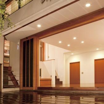 6:縁側 木製建具を全開にした居間を縁側から見る。