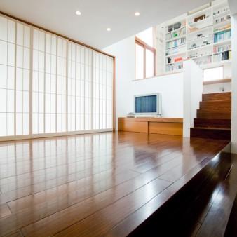 9:居間 障子を閉めた状態の居間を見る。網戸と障子の竪組子の見付けは30㎜に統一している。 建具の種類により、居間の雰囲気が一変し、障子越しに穏やかな光が居間を包み込む。