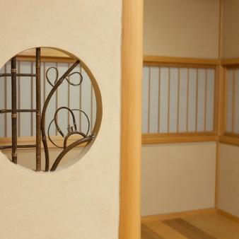 17:和室 和室より書斎を見る。 袖壁には錆竹の下地窓がある。