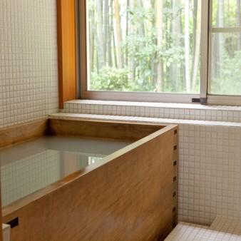 20:浴室 浴室から外を眺める。 浴槽はサワラ。