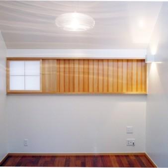 6:食堂 2階食堂。正面は通風を兼ねる太鼓貼り障子とピーラー板の組み合わせ。 壁と天井は塗装仕上げ。床はカリンの無垢フローリング。