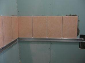 укладка плтки в ванной018