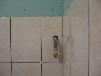 укладка плтки в ванной068