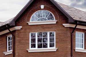 Лепнина на окне дома красивого фасада