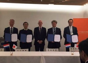 Signing ceremony at the Dutch embassy in Tokyo with from left to right: Mr. Sadayuki Jitsuhara, Prof. Dr. Shuichi Nagata, Ambassador Aart Jacobi, Dr. Henk Polinder and Mr. Joost Kirkenier