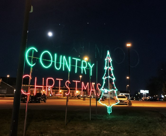 Holiday fun at Country Christmas Drive Thru Lights in Wisconsin. Stay at The Ingleside Hotel with waterpark for a complete holiday getaway.
