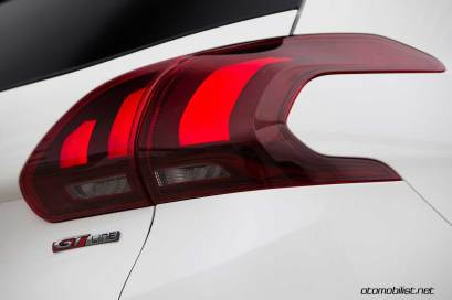 2017-Peugeot-2008_tail-light