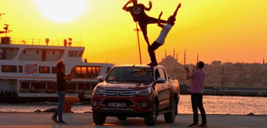 Hilux 'tan Parkour Sporcularıyla Adrenalin Dolu Gösteri