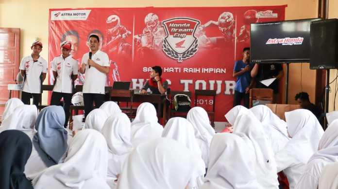 Dua Pembalap Nasional memberikan sedikit cerita dan pengalaman kepada sisawa dan siswi  SMA 14 Makassar