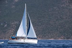 Segelyacht fährt hart am Wind