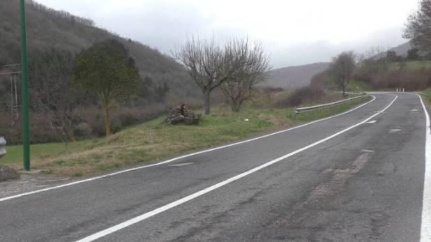 asfalto sbriciolato e buche sul luogo in cui e caduto bruno