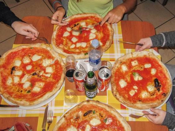 how to eat pizza margerita