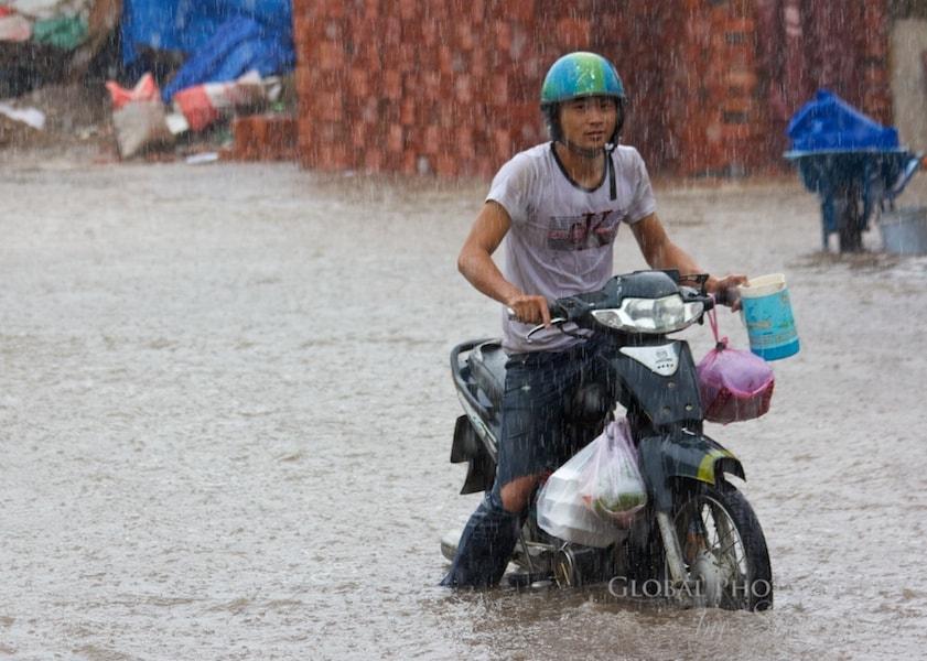flooding saigon motorbikes
