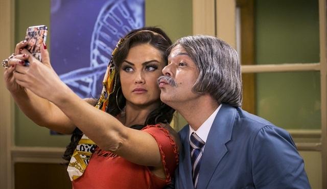 Capitu (Ellen Roche) e Professor Raimundo (Bruno Mazzeo) (Foto: Globo/Paulo Belote)