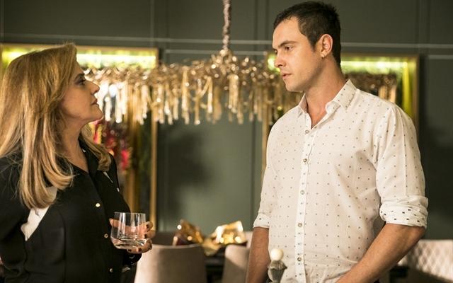 Gael (Sergio Guizé) e Sophia (Marieta Severo) em cena de O Outro Lado do Paraíso (Foto: Globo/João Miguel Júnior)