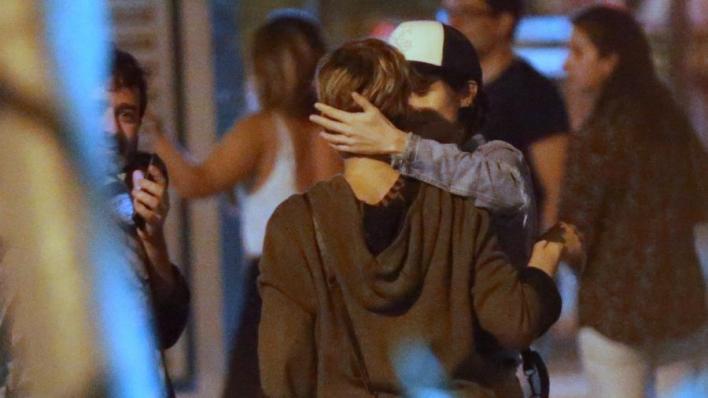 Nanda Costa e a namorada se beijam (Foto: Thiago Martins/AgNews)