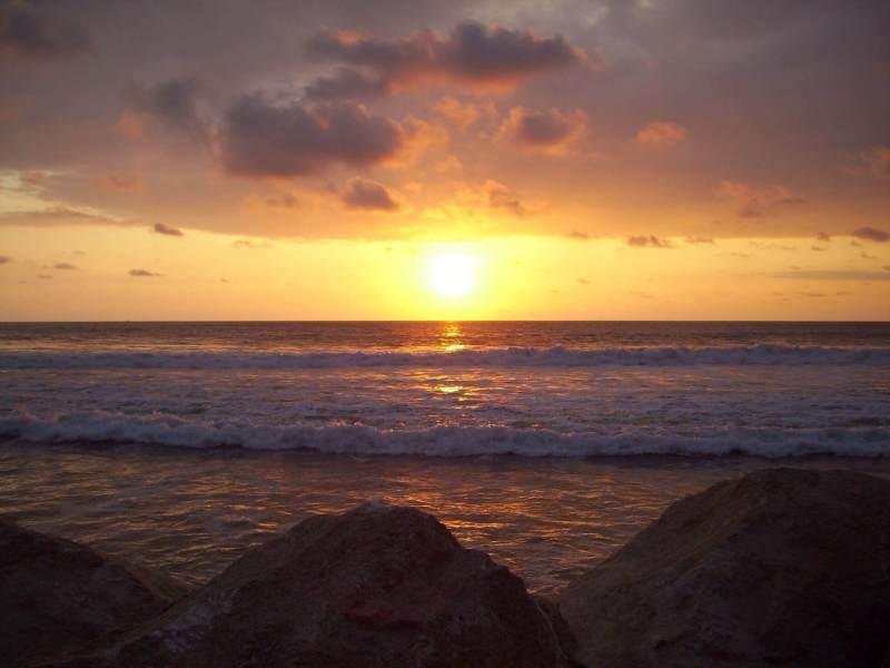 La plage de Montanita au coucher du soleil