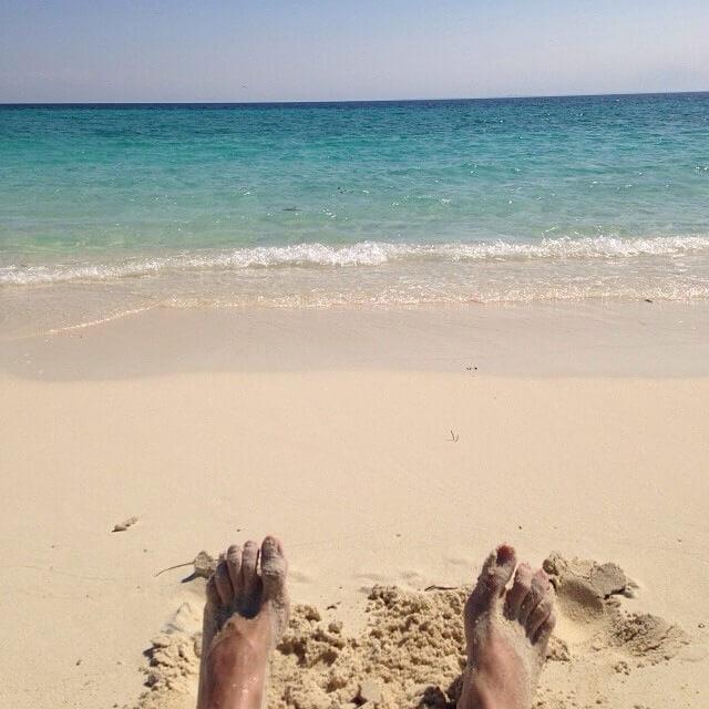 Doigts de pied en éventail sur la plage