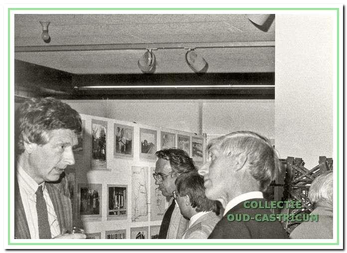 Bij de tentoonstelling ten gevolge van het 20-jarig bestaan van de Werkgroep in de Bibliotheek zijn de heren Kaan (links) en Veldt in gesprek.