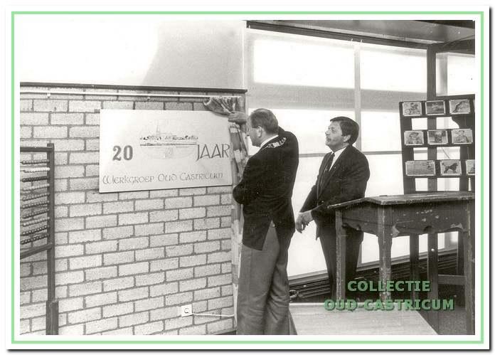 Bibliotheek. Ook ter gelegenheid van het 20-jarig bestaan werd geëxposeerd. Burgemeester Schouwenaar verrichtte de opening in de bibliotheek. Naast hem voorzitter Ger van Geenhuizen.