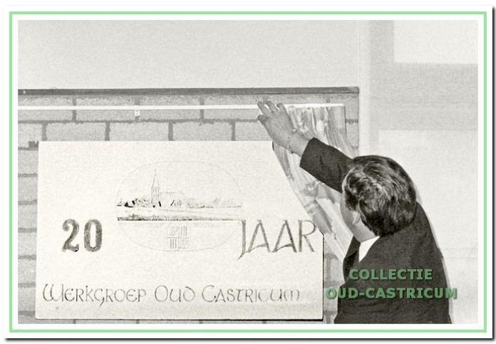 Voorzitter Ger van Geenhuizen onthult het bord tijdens de tentoonstelling 20 jaar W.O.C. in de Bibliotheek.