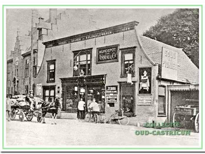 Foto uit ca. 1916, op de winkelgevel borden met diverse opschriften, o.a. Wijndepot van Andrau & Co, Zebra Kachelglans, Maggi en Brasso. Aan zijkant groot bord met opschrift Solo en pionier.