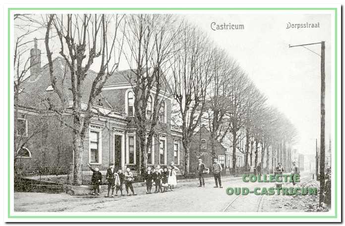 Het geboortehuis van Rommel, het huis Kerkzicht, dat tegenover het oude raadhuis stond. De man met de mand is schoenmaker Imming; de man ernaast is dorpssmid Peperkamp.