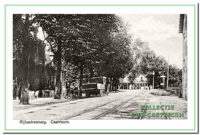 Rijksstraatweg (nu Dorpsstraat) met links café de Landbouw in 1921.