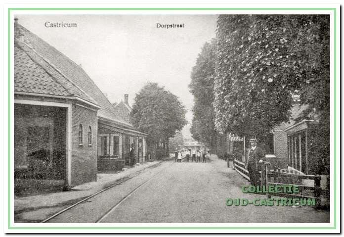 Rijksstraatweg (nu Dorpsstraat) met links doorrijstal en daarnaast café van Benthem.Een doorrijstal was bij vele herbergen te vinden. De stal was onderdeel van het links zichtbare bondscafé van de erven van Benthem. Vele verenigingen maakten druk gebruik van de toneelzaal. Tante Riek (van Benthem) was de eigenaresse. De tramrails zijn zichtbaar. Dorpsstraat 75 en 77 in Castricum, 1908.