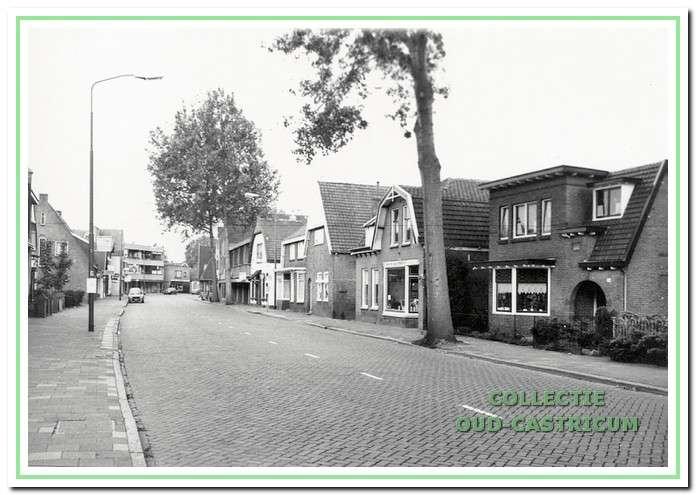 Doorkijk Dorpsstraat in 1983 met rechts Dorpsstraat 104.