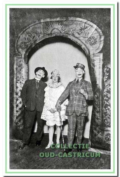 Tafereel uit de revue, van links naar rechts de heer Berlee, Bets Rommel en Piet Vader.