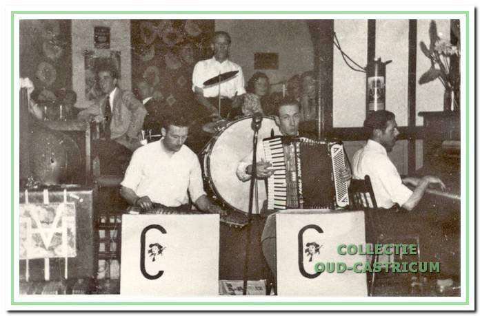 Het dansorkest de 'Casanova's'. De tweede links is zangeres Annie Eggers. Tweede van rechts haar man Libert Eggers junior.