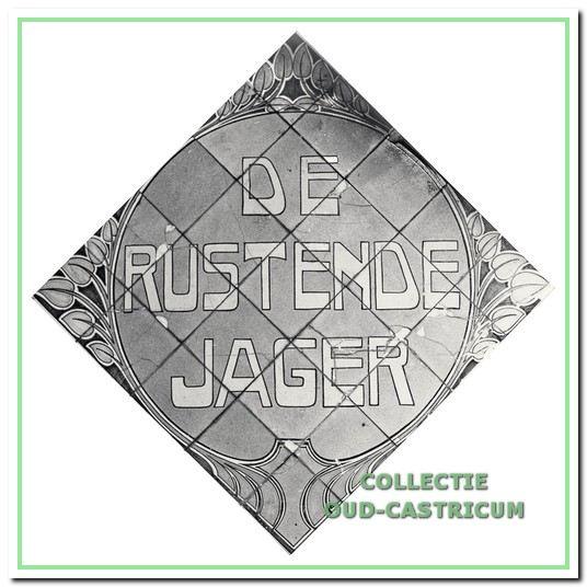 Tegeltableau met als voorstelling de naam 'De Rustende Jager' in een gestileerde cirkel, tijdens de sloop gefotografeerd.