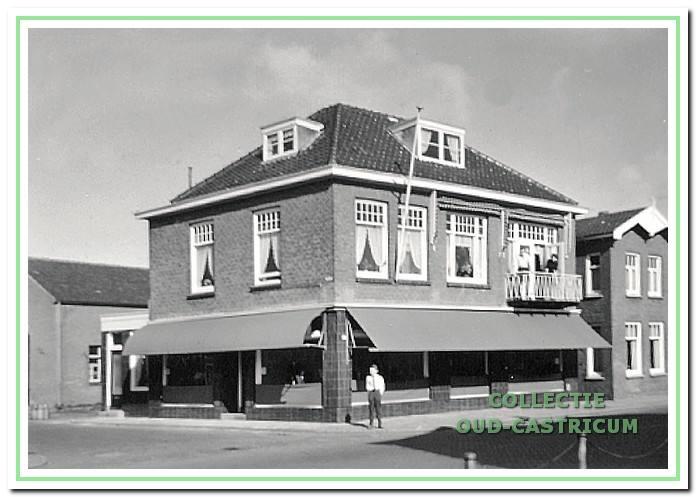 60831ab7732 1965: De herenmodezaak Stevens, afgebroken rond 1979. Rechts woonhuis  nummer 92. Voorheen