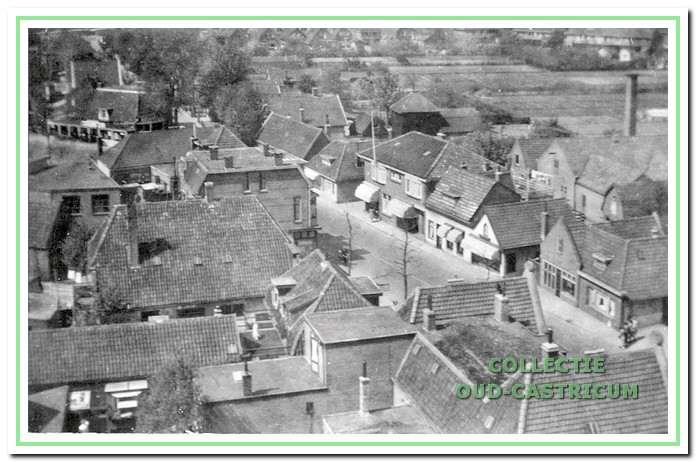 Deze foto, genomen rond 1950 vanaf de toren van de Hervormde Kerk, geeft zicht op een reeks panden aan de rechterkant van de Dorpsstraat  die allen zijn gesloopt, waaronder de in dit artikel te bespreken panden.