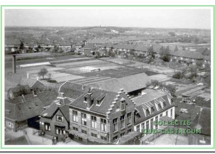 De tuinderijen strekten zich in 1911 uit tot dicht bij de Dorpsstraat. Hier een blik vanaf de toren van de Ned. Herv. kerk over hotel 'De Rustende Jager' en doorrijstal richting Provinciaal Ziekenhuis Duin en Bosch (collectie Ton de Groot).