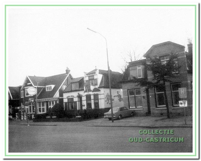 Foto uit 1977 van een drietal karakteristieke panden aan het begin van de Dorpsstraat, van rechts naar links de nummers 3, 5, en 7.