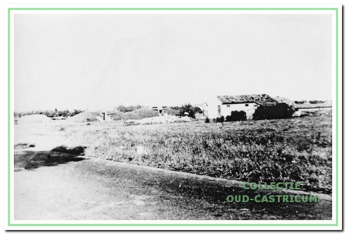 Bunkers uit WO 2 in Widerstandsnest 41a aan de Alkmaarderstraatweg bij de Brakersweg in 1947.  Tegenwoordig is dit bij de Ganzerik en Silene. Collectie Werkgroep Oud-Castricum. Toegevoegd.