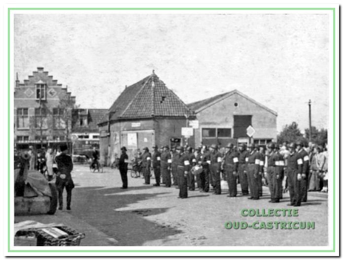De Binnenlandse Strijdkrachten (B.S.) aangetreden in 1945 voor de Rustende Jager en de doorrijstal.