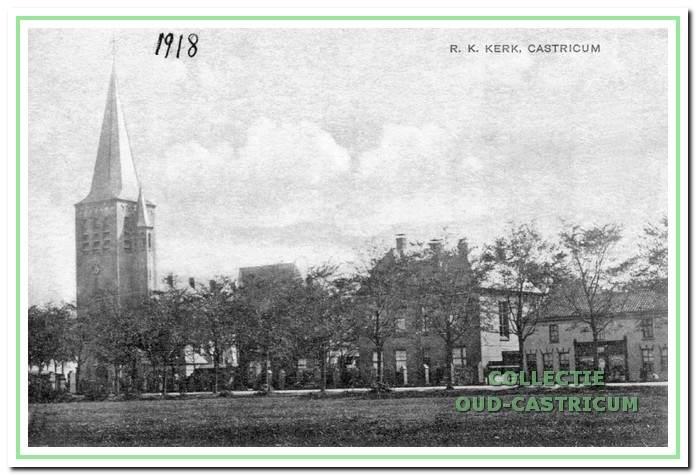 Foto uit 1918 van het zojuist in gebruik genomen complex van kerk, pastorie en zusterhuis.