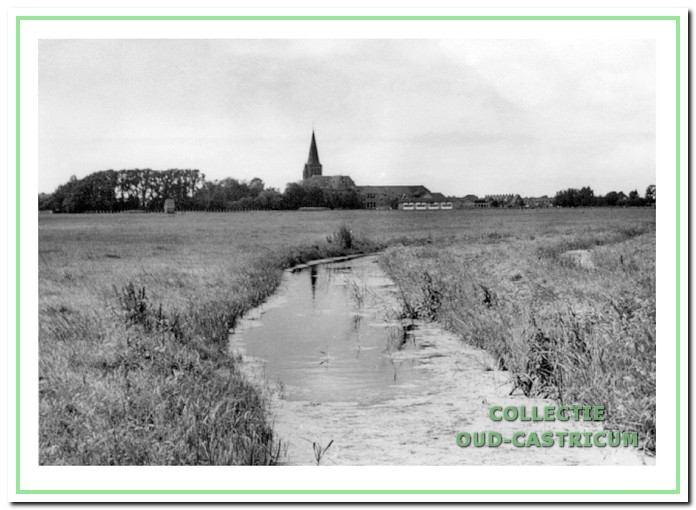 De Bogaardsdijk gezien vanuit het oosten met op de achtergrond de Rooms-Katholieke Pancratiuskerk.