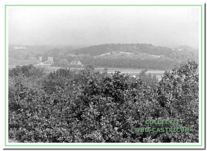 De foto is genomen richting Duin en Bosch. Deze duinenrij sloot aaneen voordat de afgraving ten behoeve van de spoorlijn een feit was.