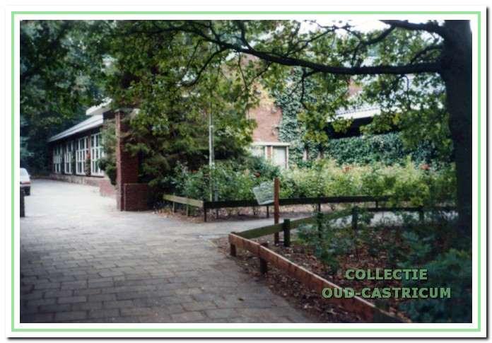 Zicht op een gedeelte van de openbare lagere school(COL-school)en later het Jac. P. Thijsse College aan de dokter Teenstralaan in Castricum.