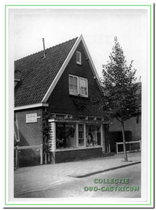 Het winkelpand van Klaas Stiemer en Neeltje Stiemer - Vader omstreeks 1954. Het werd in 1936 gebouwd en in 1974 alweer afgebroken.