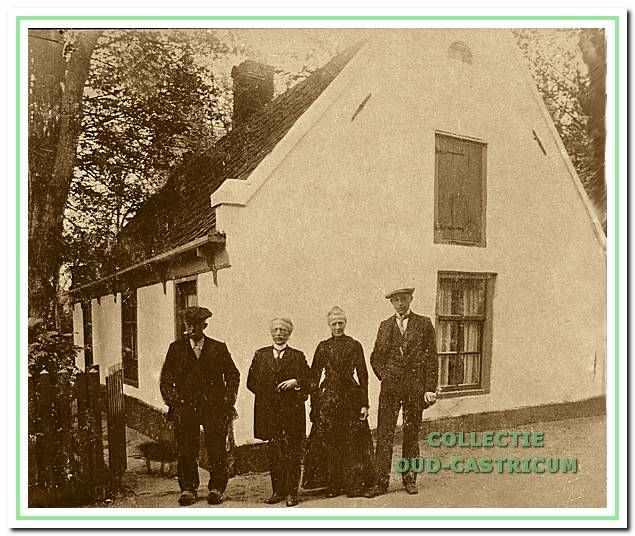 De ongetrouwd gebleven broers en zuster staan met pleegzoon Adriaan voor hun ouderlijk huis in de Schoolstraat. V.l.n.r.: Kees, (meester) Dirk, Maartje en pleegzoon Adriaan Dekker.